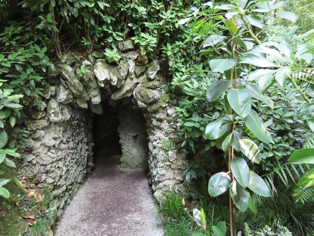 En mørk hule rundt villa Carlotta