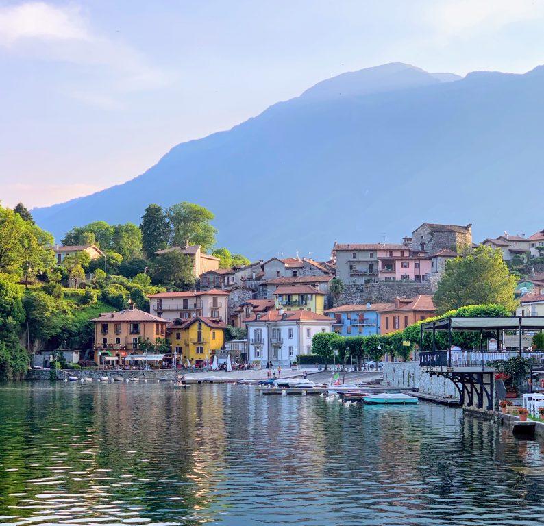Landsbyen Mergozzo sett fra gangveien på vei inn til landsbyen