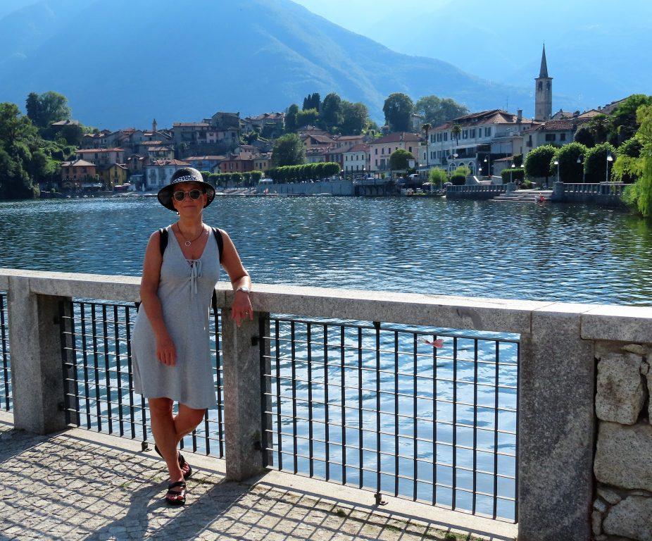 På bobilferie i Lago di Mergozzo, Nord-Italia - jeg nyter utsikten mot landsbyen