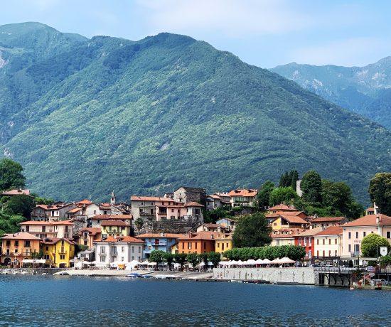 Maleriske Mergozzo vakkert dandert innerst ved innsjøen - utsikten fra campingplassen til sentrum