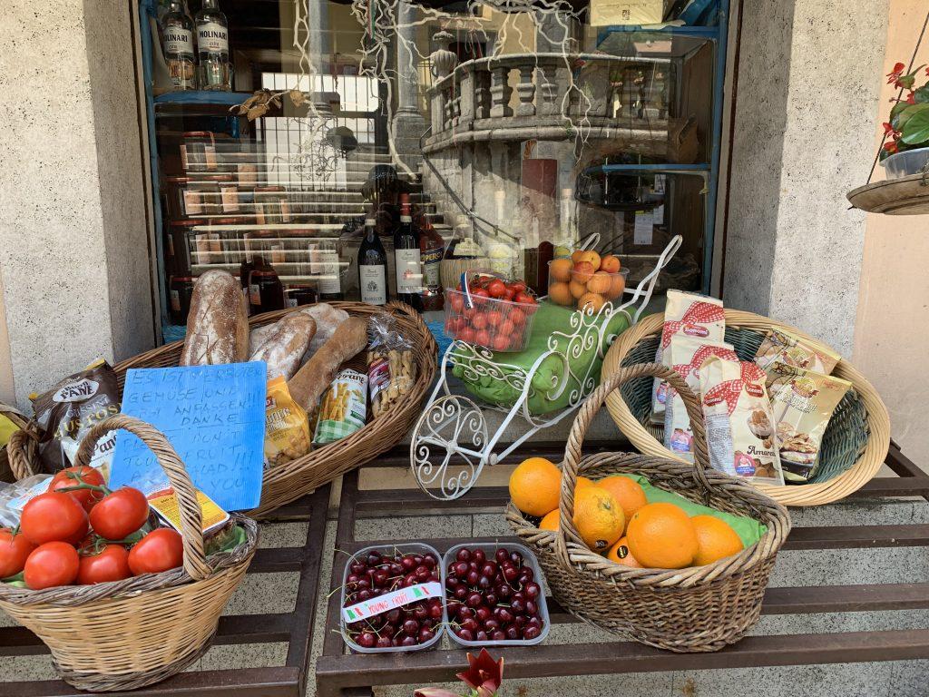 Utenfor en av grønnsaksbutikkene i Mergozzo