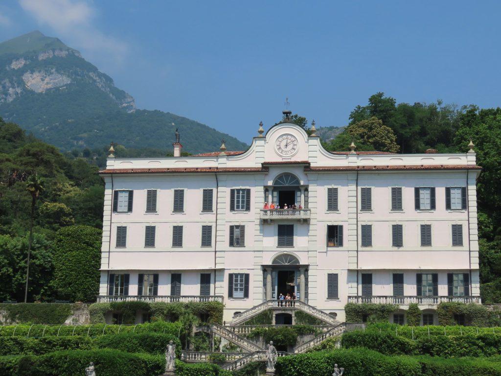 Villa Carlotta med vakre fjellpartier som bakteppe