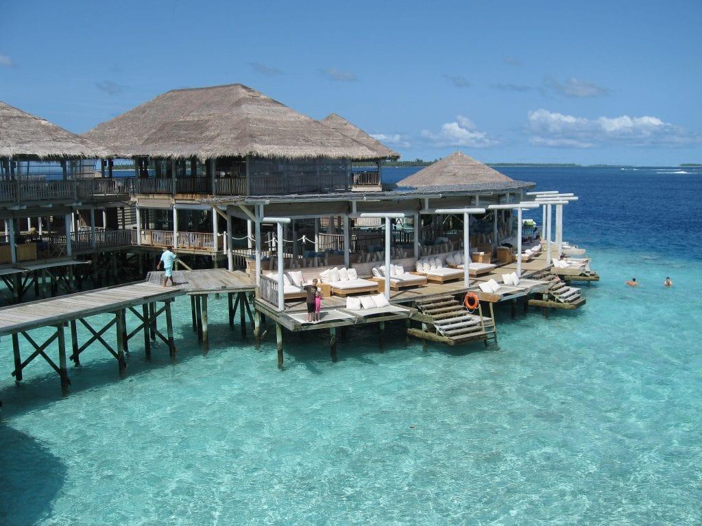 Familieferie på Maldivene med hav i turkis fargeskala - maldivene-baren-og-snorkleomradet-