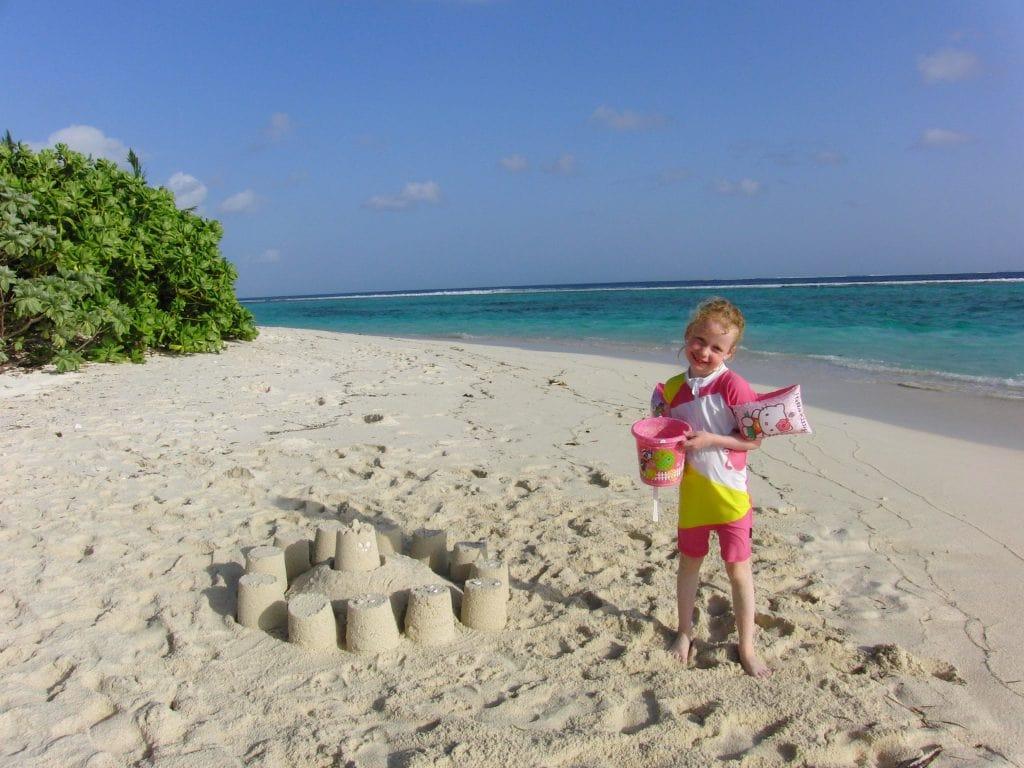 Familieferie på Maldivene med hav i turkis fargeskala- maldivene_six_senses_laamu_sandslott