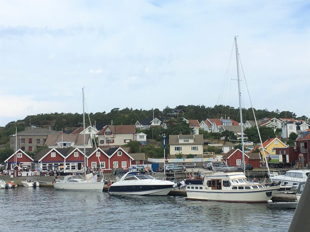 Øyhopping på Hvaler - norgesferie, ikke langt fra Oslo - deler av Skjærhalden sett fra båten