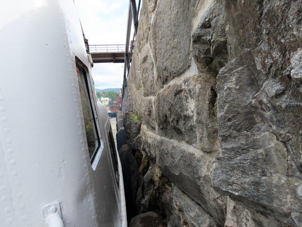 Ikke mye å gå på mellom båt og fjellvegg i slusene