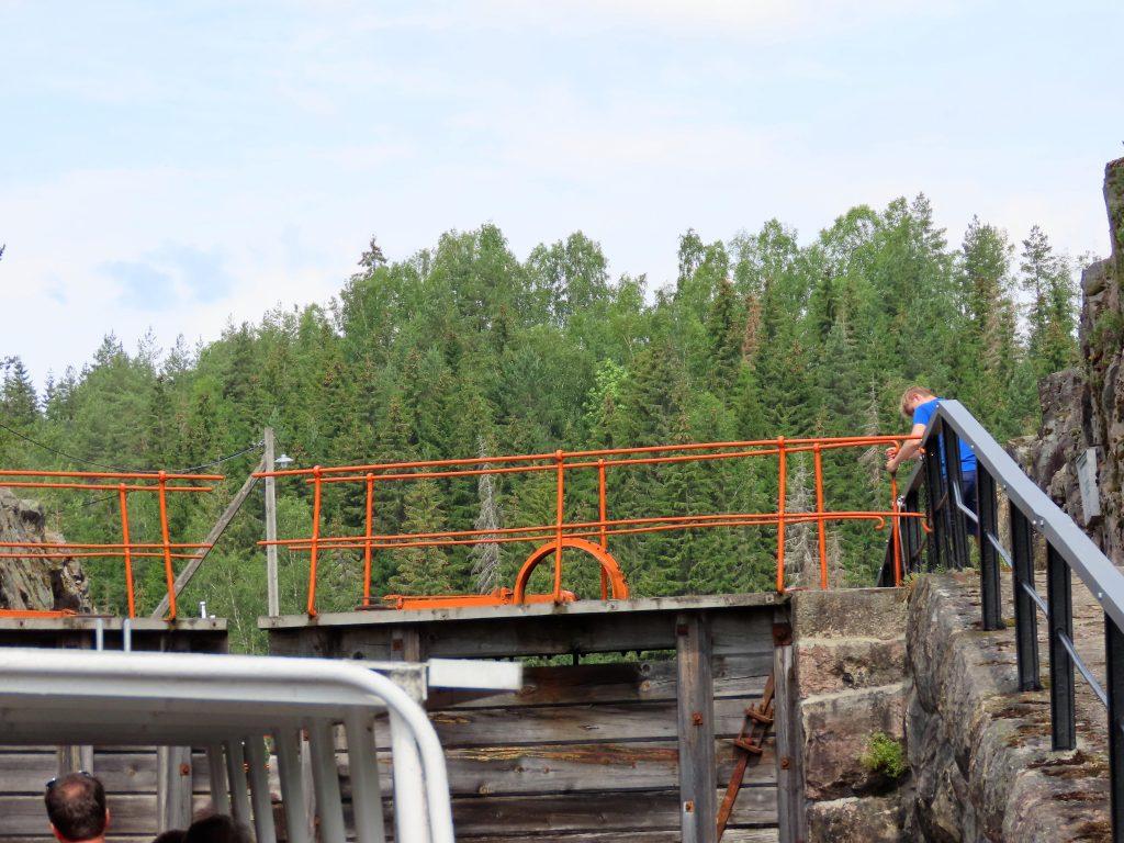 Telemarkskanalen er en familievennlig norgesferie - venter på åpning av en sluse