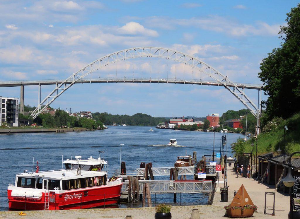 Tips til en sommerdag i sjarmerende Gamlebyen - Gratis ælvebåt som frakter deg rundt i Fredrikstad