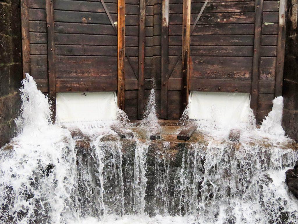 Vannet fosser når slusene åpnes