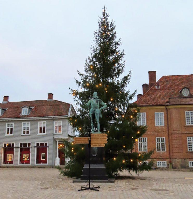 Juletreet er pyntet på Gamlebyen Torv