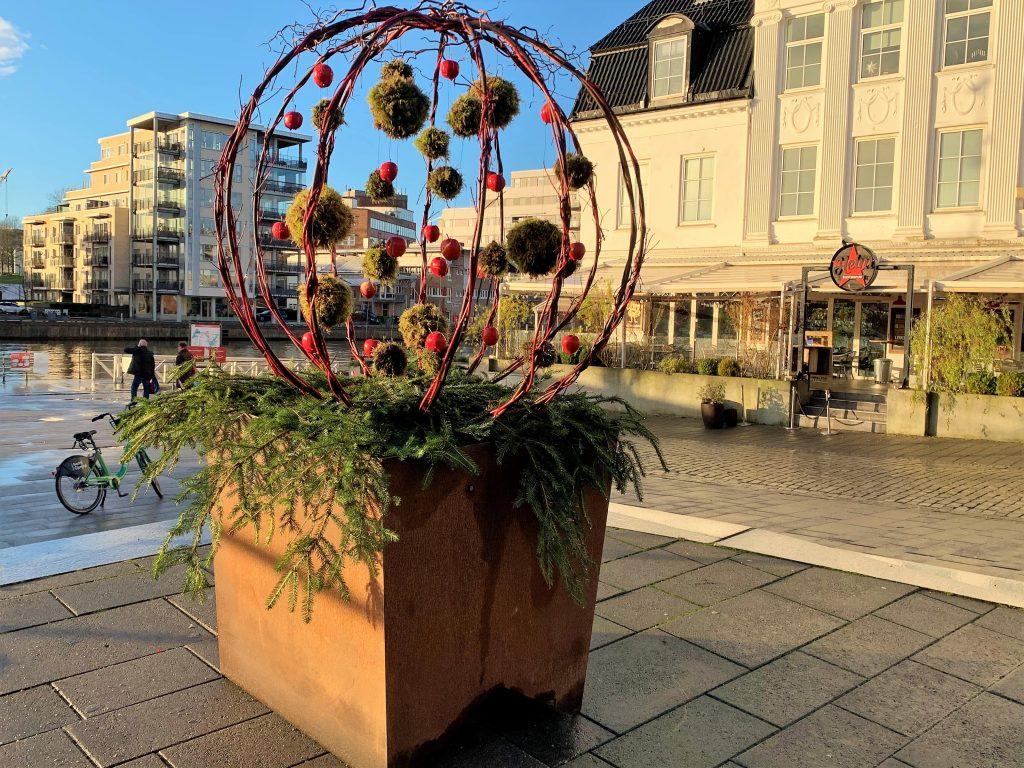 Juleinnstallasjonen ned mot fergeleiet og gangbroen til Kråkerøy