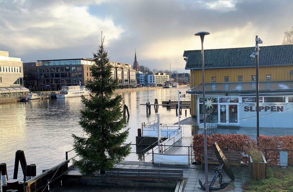 Når Fredrikstad tar på seg finstasen til jul - Fran gangbroen mot Slippen