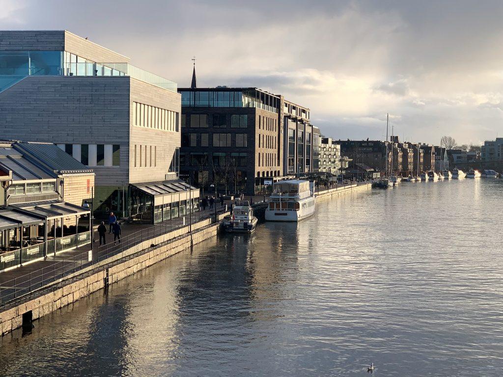Når Fredrikstad tar på seg finstasen til jul - utsikt fra gangbroen innover ælva