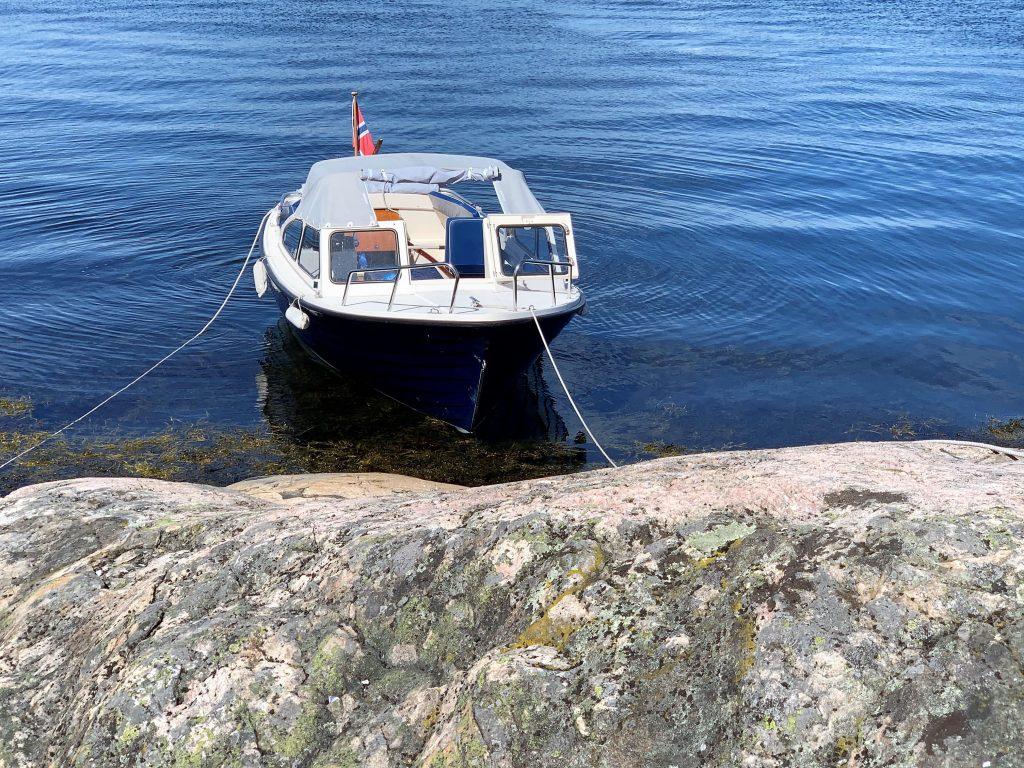 Båten i land på Bragdøya i Kristiansands skjærgård