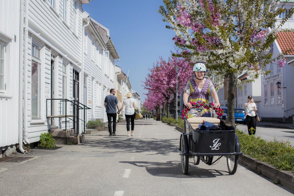 Foto Adam Read - Visit Sørlandet Posebyen med romantisk syklist