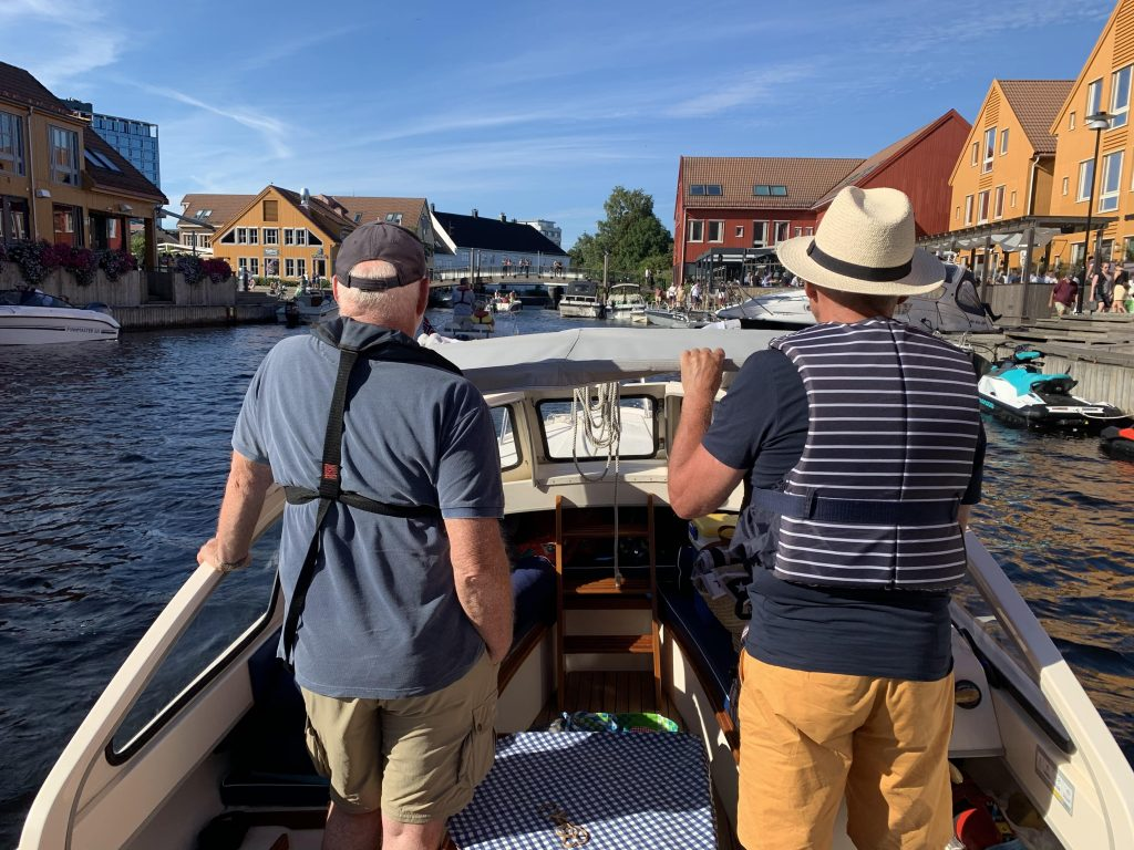 Med venner på båttur inn mot Fiskebrygga i Kristiansand
