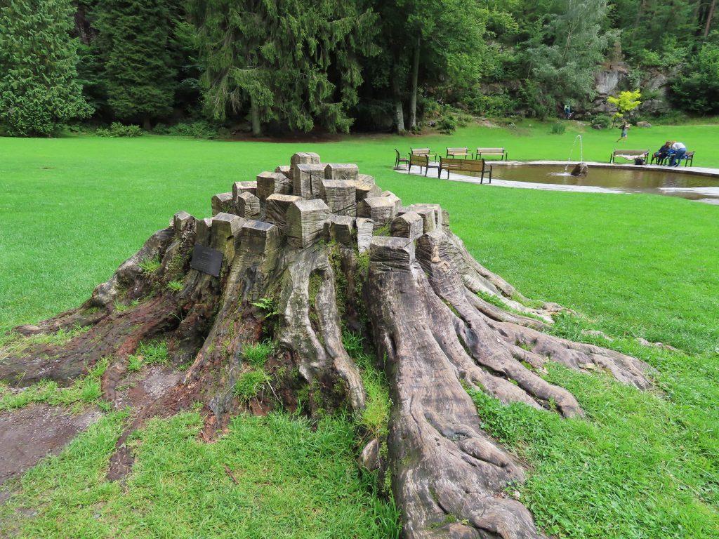 Av et felt bøketre som Wergeland plantet er det laget en skulptur