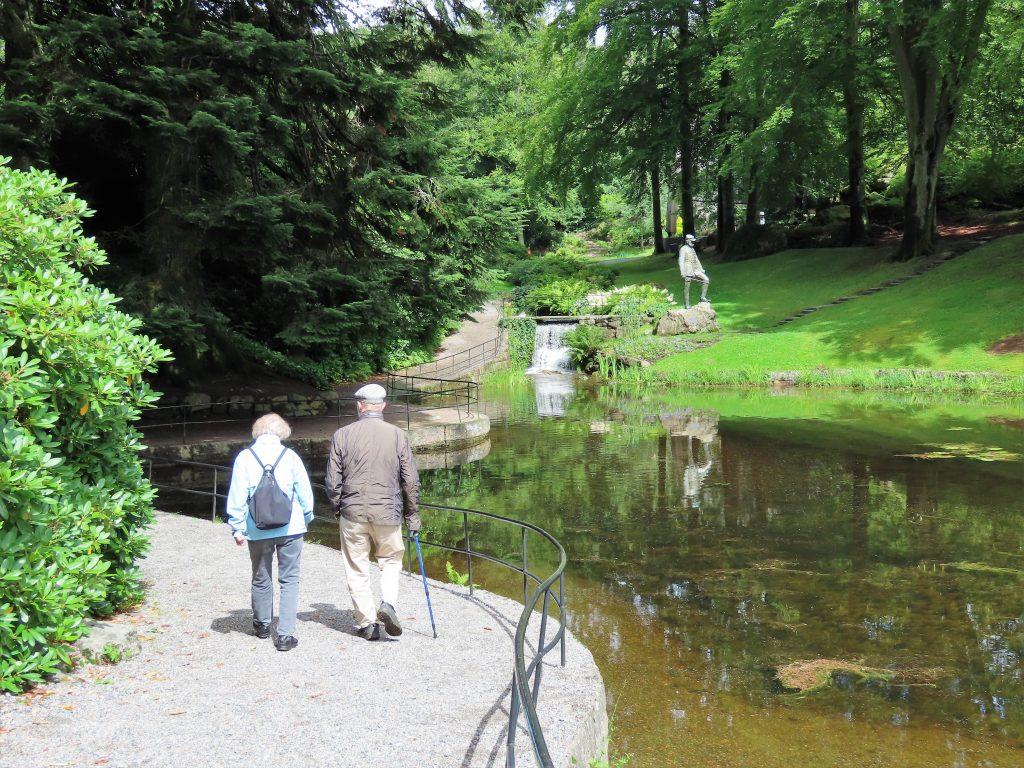Et eldre ektepar som bruker Ravnedalen til sin daglige spaserturer