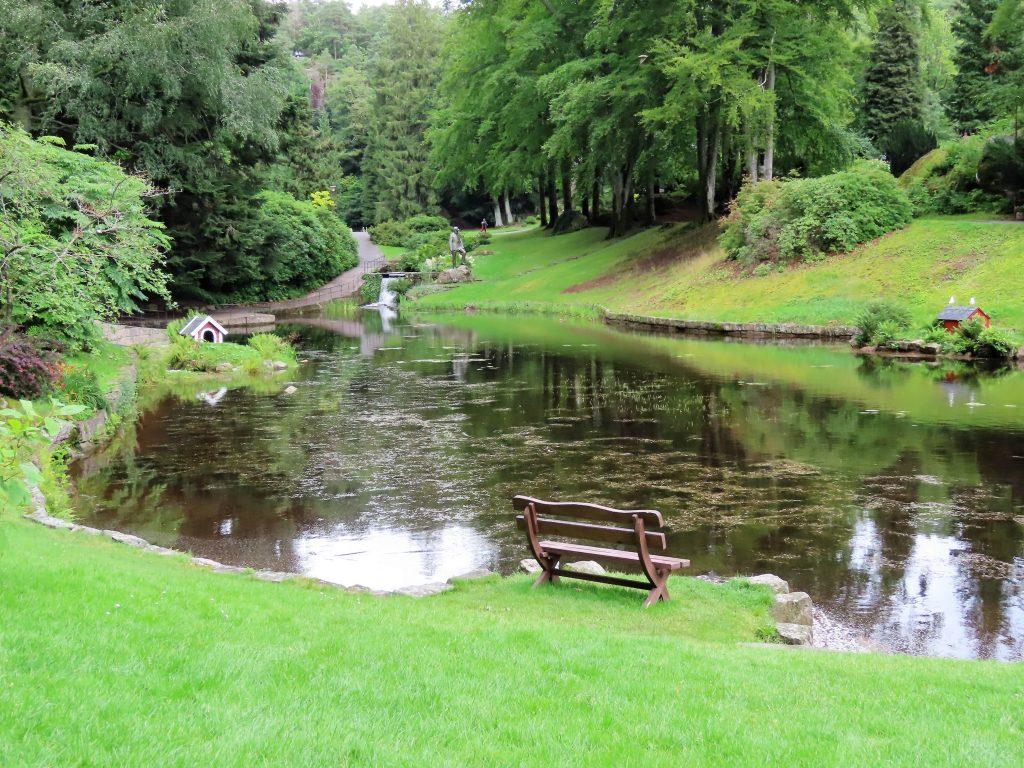 Ravnedalen, den magiske perlen med kafé og vakker park - dammen