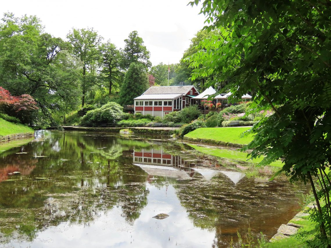 Ravnedalen, den magiske perlen med kafé og vakker park - kafeen og dammen