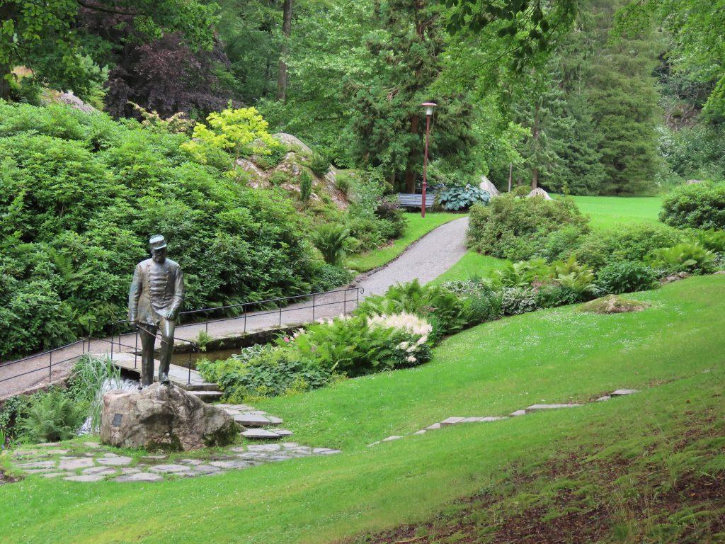Ravnedalen, den magiske perlen med kafé og vakker park - masser av Rododendron er plantet her