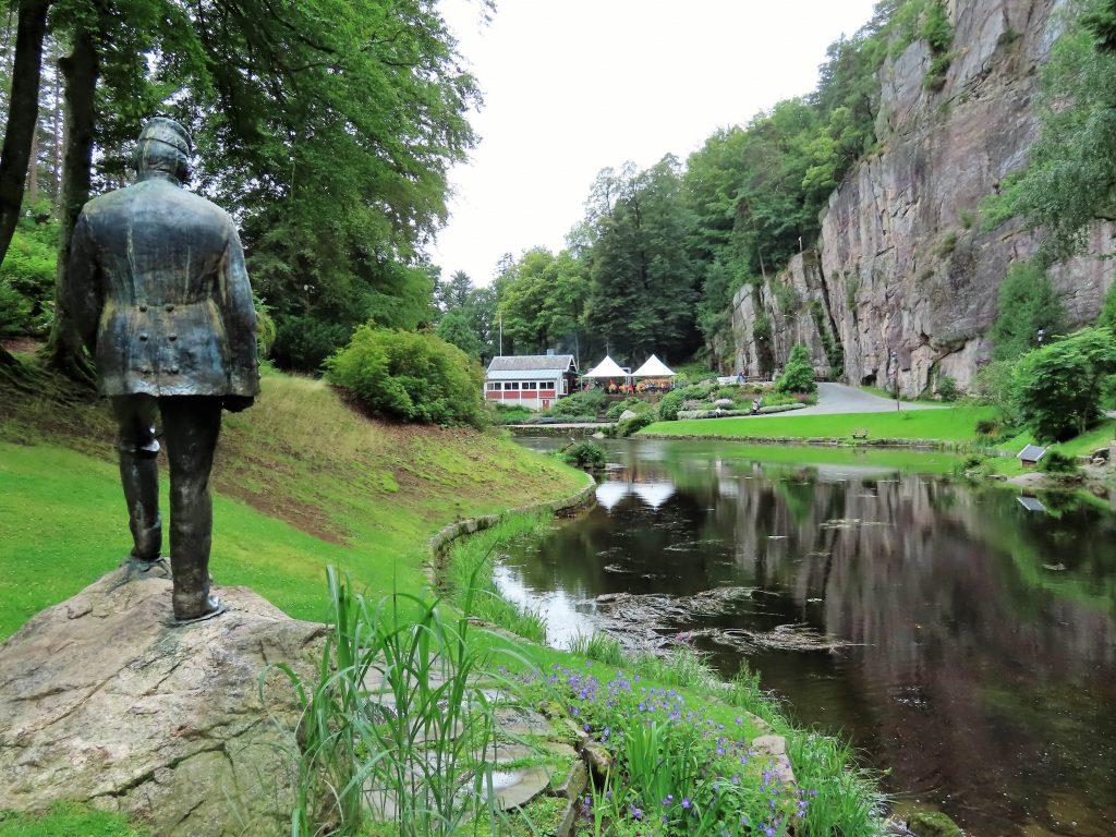 Fra statuen med Wergeland og mot kafeen i Ravenedalen