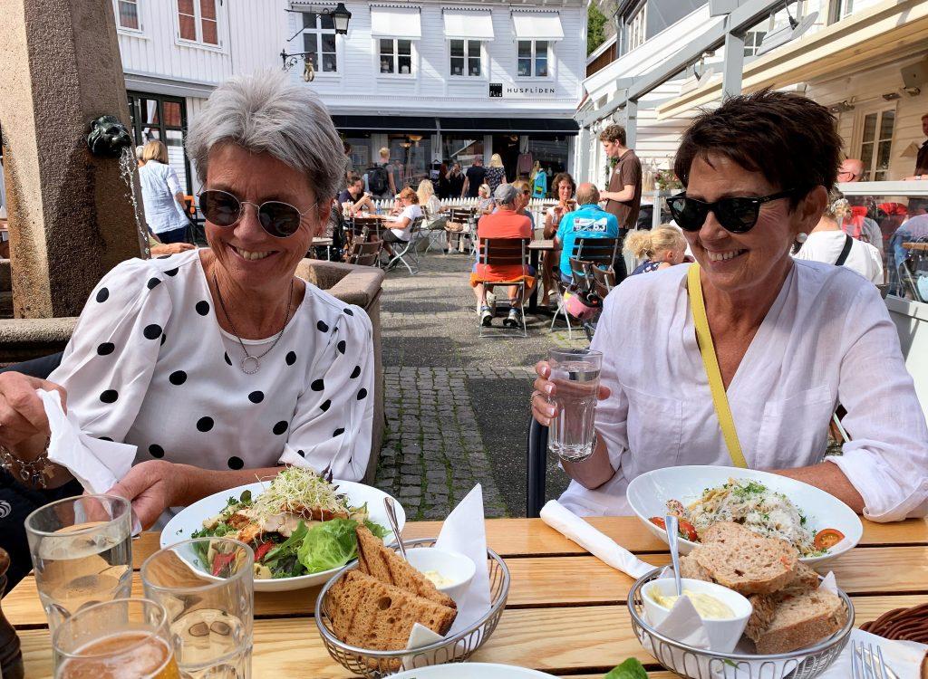 10 koselige ting å gjøre i Mandal - Norges sydligste by - Sølvi og jeg koser oss på restauranten Smoi i Mandal