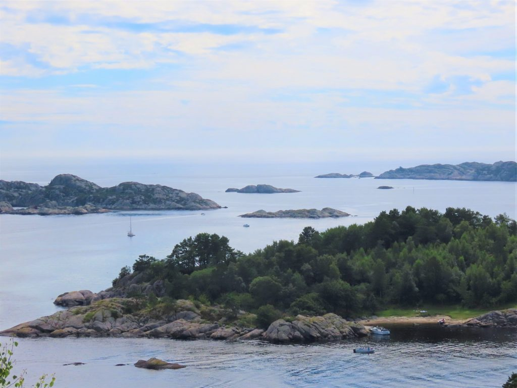 Fin utsikt fra Hobdeheia og utover innseiligen og havet