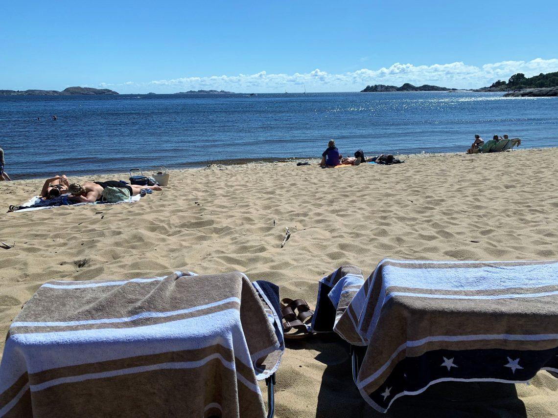Fra strandstolene med utsikt over sjøen fra Sjøsanden