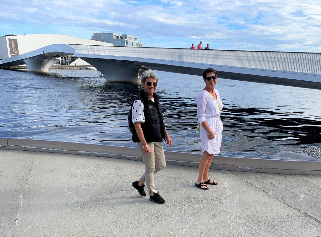 Sølvi og meg ved broen over til Buen kulturhus