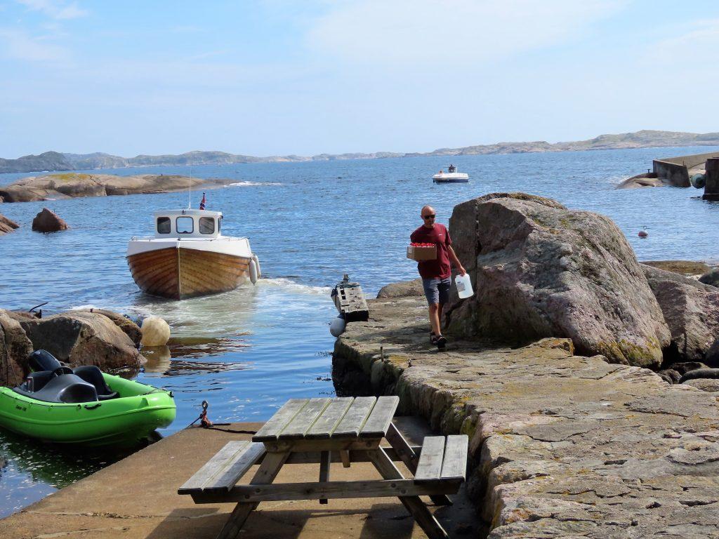 Fraktbåten Odin på vei ut fra havnen på Ryvingen