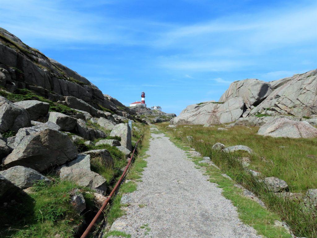 Ryvingen Fyr i Mandal er Norges sydligste - gangveien fra båten opp til fyret